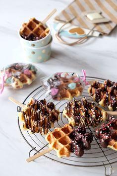 Sweet Desserts, Delicious Desserts, Dessert Recipes, Yummy Food, Cafe Food, Food Menu, Waffle Pops, Kreative Desserts, Waffle Recipes