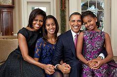 Portrétní fotografie rodiny amerického prezidenta v Oválné pracovně: Barack Obama s první dámou Michelle Obamovou a dcerami Maliou a Sachou (autor: Pete Souza, 2011)
