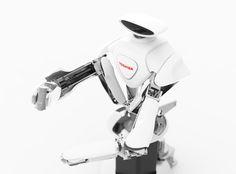 【油圧-電動ハイブリッド駆動型双腕ロボット】工場の組立ラインで人と協調して作業を行うことを目指して開発されたロボットです。頭部のカメラで周囲の状況を確認して、2本の腕によって人と同じ動きで組み立てを行います。油圧駆動のためコンパクトながら両腕で100kgもの重量物を持ち上げることが出来ます。