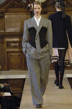 Comme des Garçons Fall 2006 Ready-to-Wear Collection Photos - Vogue Fashion Week, Fashion Show, Fashion Design, Fashion Trends, Unique Fashion Style, Couture Fashion, Runway Fashion, Power Dressing, Japanese Fashion
