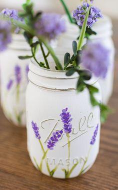 Lavendel Mason Gläser How to create lavender flower painted mason jars. Mason jar craft ideas with paint. Pot Mason Diy, Mason Jar Gifts, Mason Jar Vases, Jar Crafts, Bottle Crafts, Tree Crafts, Diy Craft Projects, Craft Ideas, Decor Ideas