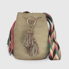 Discover thousands of images about comprar bolso wayuu en madrid, wayuu, croche, bolsos hecho a mano, producto… Crochet Beach Bags, Love Crochet, Crochet Flowers, Knit Crochet, Crochet Clothes, Diy Clothes, Crochet Basket Pattern, Macrame Bag, Crochet Handbags
