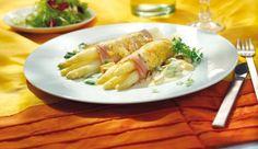 Knackigen Spargel mit gekochtem Schinken umwickeln und mit Kartoffeln in einer Sahnesauce mit würzigen Frühlingszwiebeln servieren. Einfach nur köstlich!