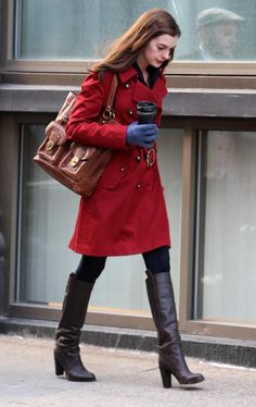 Winter is definitely a great season to be fashionable. Hathaway looked warm and cozy in this still-frame from the movie Bride Wars. The tall dark brown boots looked good when paired with red coat and the blue winter gloves added color to her attire.