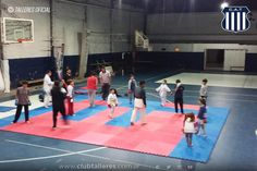 El Karate de Talleres en pleno crecimiento Club Atlético Talleres  El Karate Albiazul protagoniza uno de sus años de mayor crecimiento desde que llegó al club como disciplina deportiva en el año 2013. La enseñanza de este deporte se trabaja sobre la base del Estilo Shotokan y se reparte entre el aprendizaje de técnicas básicas de defensa (Kihon) la transferencia en secuencias coordinadas de defensa y ataque (Kata); y además aprendiendo las reglas del combate deportivo (Kumite) donde se…