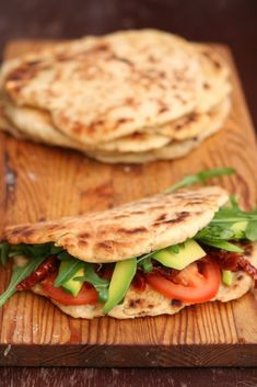 PIADINA- WŁOSKIE PLACUSZKI NA KRÓLEWSKIE ŚNIADANIE LUB LUNCH | Wegan Nerd - wegańskie gotowanie Italian Flat Bread Recipe, Deli Sandwiches, Good Food, Yummy Food, Flatbread Recipes, Salty Foods, Lunch, Clean Eating, Food And Drink