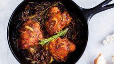 Toto skvělé kuře zvládnete připravit v jedné pánvi, potřebujete na něj relativně málo ingrediencí, a pokud milujete cibuli nasladko, vaše chuťové buňky zajásají Iron Pan, Kitchen, Red Peppers, Cooking, Kitchens, Cuisine, Cucina, Kitchen Floor