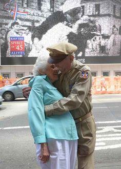 Fighter Pilot Jerry Yellin and Nurse Gloria Bullard, U.S. Navy, World War ll | 19 Heartwarming Photographs Of U.S. Veterans, Then And Now