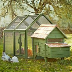 Cute chicken coop..,Have a roof that's screen for summer and one that's shingled for winter--change them out!