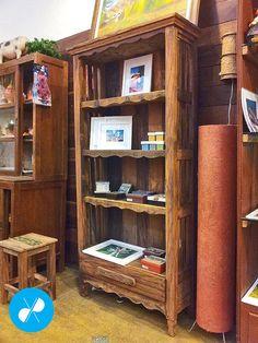 Estante rústica com gaveta feita com Madeira de Demolição.  Visite nosso site: http://vrmarcenaria.com.br/  Ou entre em contato para orçamento: (11) 3845-5210 contato@vrmarcenaria.com.br