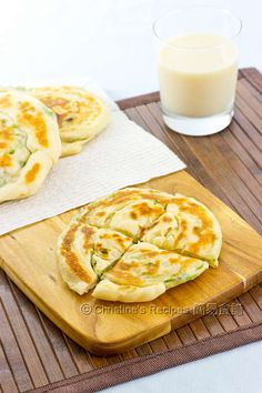 These pancakes perfectly pair with a cup of homemade soy milk. To most Taiwanese people, it's a perfect traditional breakfast. As for myself, it's a delicious no-meat meal with sufficient protein to keep my body going for the rest of the day. Easy Chinese Recipes, Asian Recipes, Mexican Food Recipes, Homemade Soy Milk, Christine's Recipe, Scones, Scallion Pancakes, Wrap Recipes, Easy Recipes