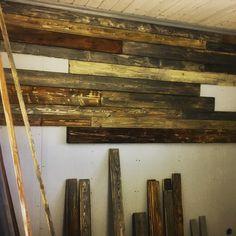 Så skapar du en snygg vägg av gammalt spillvirke. Billigt och enkelt. Planka+vinkelslip+bets...