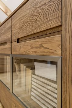 Przeszklone wnętrza witryn i komody pozwolą zindywidualizować charakter mebli. Dzięki tym przestrzeniom możesz pokazać, co jest dla Ciebie ważne, czym się interesujesz lub po prostu jaki jesteś. A może masz zupełnie odmienny pomysł na zagospodarowanie tych półek? Wyraź siebie i postaw tam to, na co tylko masz ochotę! #meble #szynakameble #inspiracja #zainspirujsie #furniture #furnituredesign #inspiration #inspirationfurniture