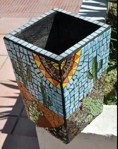 Resultado de imagen para macetas decoradas en mosaiquismo Mosaic Flower Pots, Mosaic Pots, Mosaic Glass, Mosaic Bottles, Mosaic Designs, Mosaic Ideas, Decoupage, Mosaic Madness, Planting Succulents