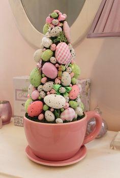 Stroik wielkanocny-choinka z jajek i mchu w filiżance. Dekoracja na Wielkanoc do domu, do restauracji, do hotelu. Ozdoba świąteczna. Pomysł na prezent wielkanocny.