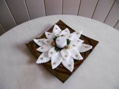 Un centre de table pour les fêtes Christmas Projects, Holiday Crafts, Holiday Decor, Christmas Advent Wreath, Christmas Crafts, Lace Cupcakes, Deco Table Noel, Crafty Fox, Theme Noel