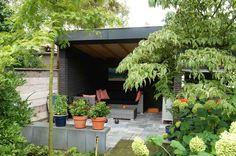Stoere overkapping met schuur ontwerp en aanleg hoveniersbedrijf van Elsäcker tuin.