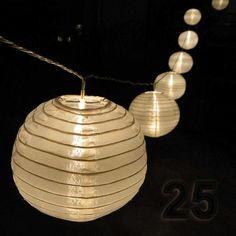 Lampion-Lichterkette mit großen weißen Lampions, die je von einer hellen LED beleuchtet werden von Gartenpirat #Party_Lichterkette #Lampions