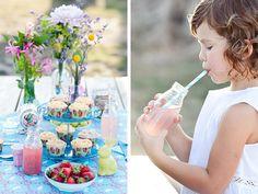 Picnic de verano con cupcakes, fresas y pink lemonade. Azucarillos de Colores. Fotografía infantil: Neima Pidal.