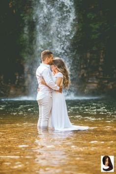 Noivo e noiva na cachoeira Pre Wedding Poses, Wedding Couple Photos, Wedding Couple Poses Photography, Couple Photoshoot Poses, Pre Wedding Photoshoot, Wedding Pics, Wedding Couples, Engagement Photography, Waterfall Wedding