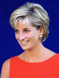 July Diana, Princess of Wales during a visit to the Northwick Park Hospital in Harrow, London, where she unveiled a foundation stone for the children's casualty department. Princess Diana Hair, Princess Charlotte, Princess Of Wales, Divas, Lady Diana Spencer, Queen Of Hearts, Beauty Secrets, Short Hair Styles, Stylists