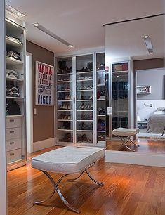 Nada de jogar bagunça no closet! Esse espaço deve se limitar ao que você precisa para se arrumar diariamente (Foto: Edu Castello/Editora Globo)