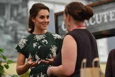 Kate Middleton Is Summer-Perfect in Floral Frock as She and Queen Visit Chelsea Flower Show Pippa Middleton, Vestidos Kate Middleton, Kate Middleton Photos, Kate Middleton Style, Duchess Kate, Duchess Of Cambridge, Catherine Cambridge, Windsor, Principe William Y Kate