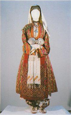 Празничен костюм на невеста от с. Сатовча, Гоцеделчевско / Festive costume of a young married woman, Satovcha village, Gotse Delchev area (NEM)
