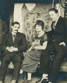 Suzanne Valadon and her family, a unit of progressive painters from early 20th century Paris, wish you a peaceful Caturday. #caturday #cats #feline #suzannevaladon #womeninart #familyportrait #modernart #art #arthistory #paris