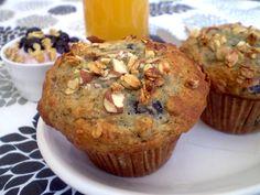Muffins bleuets et granola http://www.recettes.qc.ca/recette/muffins-bleuets-et-granola #recettesduqc #muffin #bleuets