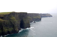 As falésias de Moher. Surpreendentes. As Falésias de Moher localizam-se no ponto sudoeste da área de Burren, perto de Doolin, localizado no Condado de Clare, Irlanda. As Falésias são um ponto importante de nidificação de aves marinhas na Irlanda e estão incluídas numa Área Especial de Proteção Ambiental.  Fotografia: Kelly Williams.