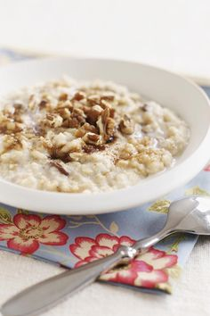 "Oatmeal - 13 Foods That Fight Acid Reflux - Southernliving. Oatmeal is just about the best breakfast and any-time-of-day snack recommended by The Reflux Diet. It's filling and doesn't cause reflux. Even instant oatmeal with raisins is ""legal"" because the oatmeal absorbs the acidity of the raisins."