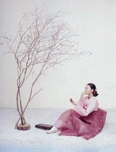 Détail de l'image -The Grace of the HanBok (Vogue Korea October — Look At Me . Vogue Korea, Korean Traditional Dress, Traditional Fashion, Traditional Outfits, Korean Dress, Korean Outfits, Korea Fashion, Asian Fashion, Fashion Face