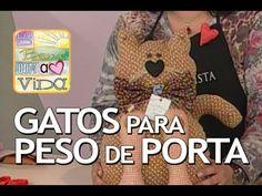 Artesanato: Gato para Peso na Porta (30/09/2013) - YouTube Cat Fabric, Fabric Toys, Doll Videos, Amigurumi Tutorial, Felt Toys, New Pins, Craft Videos, Doll Clothes, Sewing Patterns
