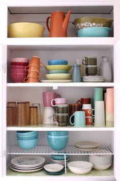Gotta build up my collection of vintage dishes... The colors are so fun!