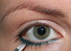 Come applicare la matita sotto gli occhi