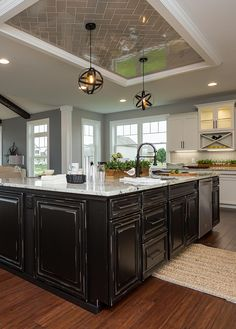 These two-tone kitchen cabinets ideas design will reinsure your favorite spot in the house with contemporary style and original detailing. Check it out! Two Tone Kitchen Cabinets, Kitchen Box, New Kitchen, Kitchen Decor, Kitchen Sync, Free Kitchen Design, Kitchen Ceiling Lights, Interior Exterior, Dream Decor