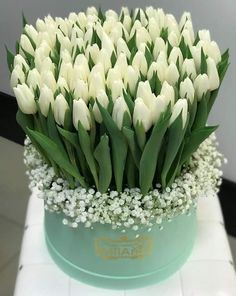 Centerpiece that doubles as gifts for each lady - Beautiful Bouquet Of Flowers, Beautiful Flower Arrangements, Beautiful Flowers, Tulpen Arrangements, Floral Arrangements, Flower Box Gift, Flower Boxes, White Tulips, White Flowers