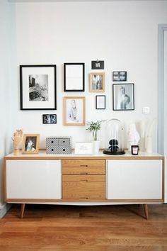 bahut ikea en bois pour le salon moderne avec sol en parquette clair