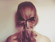 simple hair inspiration: loose ponytail with same colored ribbon Messy Hairstyles, Pretty Hairstyles, Hair Dos, Your Hair, Loose Ponytail, Loose Hair, Nu Goth, Hair Inspiration, Pony Tails