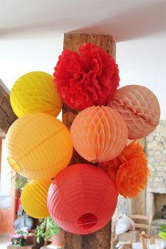 Décoration mariage poutre lanternes et boules en papier alvéolé jaune orange rouge