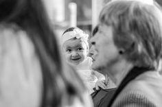 Foto da Julia sorrindo no Batizado na Igreja