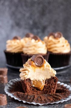 Rolo caramel cupcakes: light chocolate sponge cupcakes filled with thick caramel sauce topped with creamy caramel buttercream. Get the recipe here! Fun Desserts, Delicious Desserts, Dessert Recipes, Cupcake Filling Recipes, Cupcake Fillings, Breakfast Recipes, Delicious Chocolate, Chocolate Recipes, Chocolate Cupcakes Filled