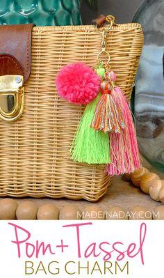 Super Easy DIY Pom & Tassel Bag Charm - Super Easy DIY Pom Pom + Tassel Bag Charm, simple tassel bag charm summer trendy look! DIY tassel b - Diy Purse Tassel, Tassel Keychain, Diy Keychain, Keychains, Diy Bag Charm, Diy Accessoires, Diy Bags Purses, Pom Pom Crafts, Schmuck Design
