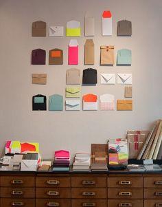 Decorar la pared con sobres | Decoración Hogar, Ideas y Cosas Bonitas para Decorar el Hogar