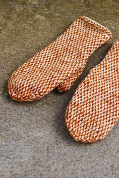 Fingerless Mittens, Knit Mittens, Knitted Gloves, Knitted Blankets, Ssk In Knitting, Knitting Socks, Knitting Projects, Knitting Patterns, Fabric Yarn