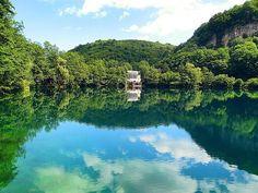 Стена | ВКонтакте  Голубые озёра — группа из пяти карстовых озёр в Черекском районе Кабардино-Балкарии. Расположены у подножья скалистого хребта, откуда начинается Черек-Балкарское ущелье. Уникальность Нижнего голубого озера заключается в том, что при сравнительно небольшой поверхности (всего 235х130 м) оно имеет глубину 258 метров.