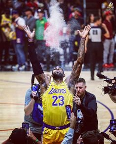 Lebron James with a chalk toss. Lebron James Basketball, Lebron James Lakers, Kobe Lebron, Sports Basketball, Basketball Players, Nba Kings, Lebron James Wallpapers, Nba Wallpapers, Curry Nba