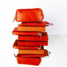 Ob Ton-in-Ton oder Material-Mix, mit den unterschiedlichen Lederarten machen Sie jeden Stil perfekt! Zip Around Wallet, Material, Purse, Leather, Bag, Change Purse, Handbags, Coin Purse