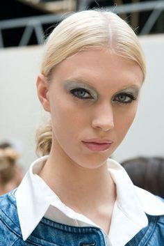 Gris plata en el maquillaje de Chanel.